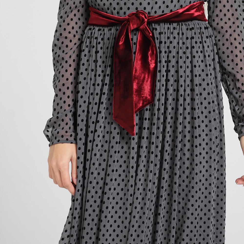 Серое платье в горох Kristina Mamedova с атласным поясом