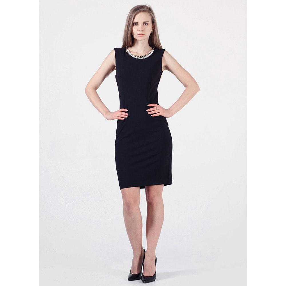 Платье Rinascimento черного цвета с украшением в виде бус и цепочки